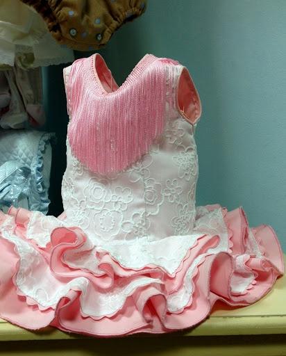 Vestido gitana niña, batista bordada blanca y popelín rosa, piquillo en orilla y fleco en el escote