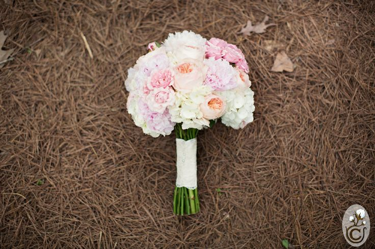Beautiful pastels for March wedding at Garvan Gardens in Hot Springs, AR. Photo by: Cottonwood Studios Worldwide