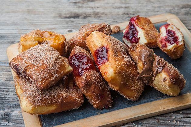 Ντόνατς (Donuts) από την Αργυρώ Μπαρμπαρίγου   Φτιάξτε τα ζουμερά αυτά ντόνατς μαζί με τα παιδιά σας και απολαύστε την κάθε στιγμή. Δεν θα μείνει ψίχουλο