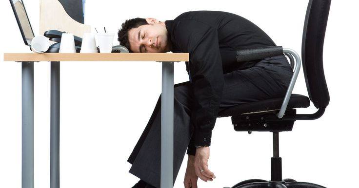 Como permanecer acordado no trabalho. Se estiver tendo dificuldade para se manter acordado no trabalho, saiba que você não é o único. Todo mundo fica cansado de trabalhar de vez em quando — até mesmo as pessoas com trabalhos mais agitados ou animados. Dormir no trabalho é o mesmo que pedir para ser demitido, por isso aproveite algumas maneiras de ficar acordado e alerta no seu local ...