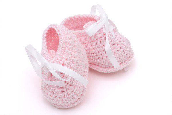 Gestrickte Babyschuhe haben sich aus vielerlei Gründen als erste Schühchen für ein Baby bewährt. So sind gestrickte Babyschuhe wunderbar weich und halten die kleinen Füße schön warm, sind dabei aber nicht so steif wie richtige Schuhe. Zudem wachsen gestrickte Babyschuhe zumindest ein kleines Stück mit. Nicht zu vergessen ist außerdem, dass selbstgestrickte Babyschuhe immer echte Unikate sind, die genauso einmalig sind wie das Baby selbst und denen man die liebevolle Handarbeit, die dahinter s…