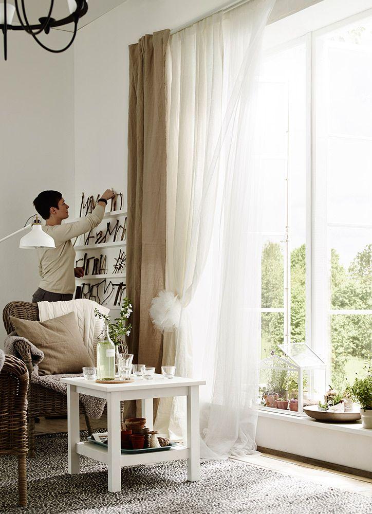 ¿Y si conviertes ese rincón entre la ventana y la pared en un expositor de tus pequeñas colecciones?