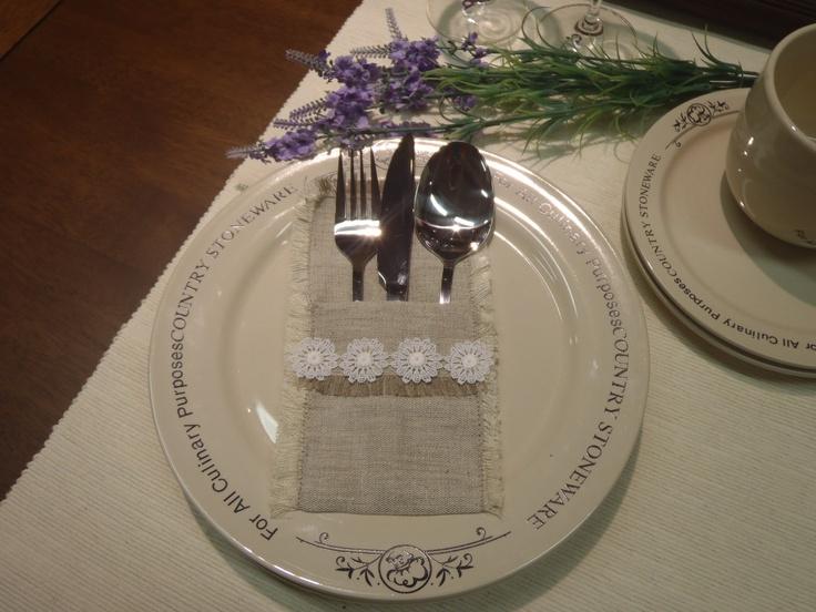 ...na příbory I Atypická dekorace pro Váš slavnostně prostřený stůl. Obal je ušit z pevného velice kvalitníhoplátna v přírodní barvě, začištěn entlovacím stehem proti třepení a ozdoben decentními krajkovými kytičkami z bavlny v bílé barvě. Velikost 18x11cm. Cena je uvedena za2 kusy. Vhodné i vespojení s kroužky na ubrousky a prostíráním z téhož ...