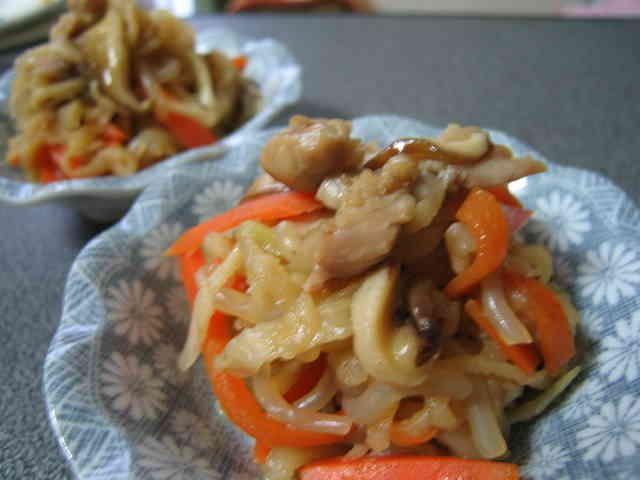 切り干し大根の中華風煮 コクと旨みの中華風お総菜。うちの切り干し大根煮では和風より人気者です。 スノウ 材料 (3~4人分) 切り干し大根 30g(乾燥) にんじん 1/3本 椎茸 2枚 鶏首肉(またはもも肉) 50g 糸こんにゃく 40g位 *オイスターソース 大さじ1 *鶏ガラスープの素(顆粒)+水 大さじ1/2+1カップ *醤油 大さじ2 *みりん 大さじ1 ごま油 大さじ1 山椒 適宜 作り方 1 切り干し大根は表示の通り戻す。鶏首肉は小さめに、野菜・糸こんにゃくは好みの大きさに切る。 2 厚手の鍋にごま油を熱して鶏首肉を炒め、他の野菜・糸こんにゃくも炒め合わせる。 3 切り干し大根は水分を軽く絞って2に加え、炒め合わせる。 4 *をすべて鍋に加え、煮立ったら蓋をして煮汁が少なくなるまで煮る。 5 蓋を開けて山椒をふり、一混ぜしたら再び蓋をして冷ます。 コツ・ポイント 蓋をしたまま煮るとふっくら煮上がります。ちょっと濃いめの味つけです。 レシピの生い立ち…