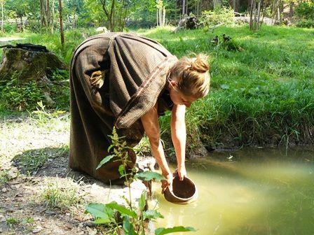 Optimální voda pro barvení je místní, z pramene. Foto Jan Půlpán.