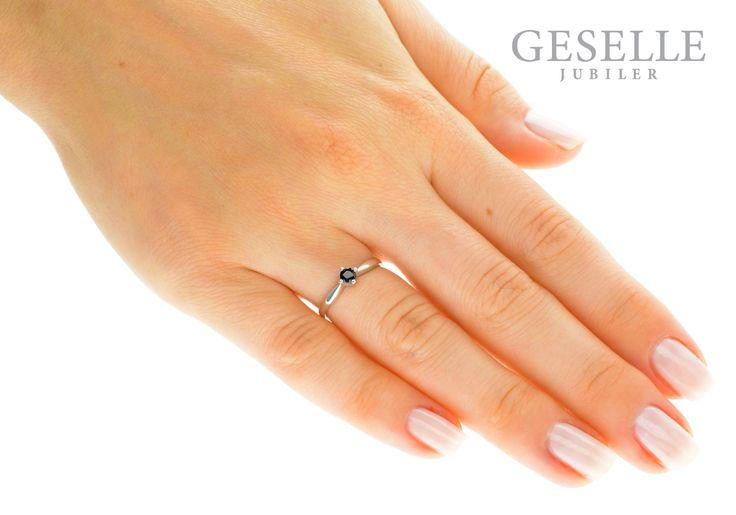 Niezwykle romantyczny i delikatny pierścionek zaręczynowy z białego złota z okrągłym szafirem - GRAWER W PREZENCIE | PIERŚCIONKI ZARĘCZYNOWE \ Szafir naturalny NA PREZENT \ Urodziny od GESELLE Jubiler