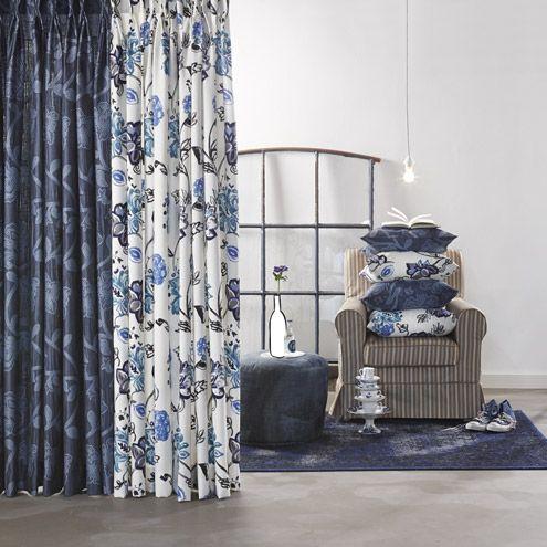 Levendig blauw voor een fris en gedessineerd interieur. Gordijnen met een klassiek bloemmotief. #interieur #gordijnen #blauw #bloemen