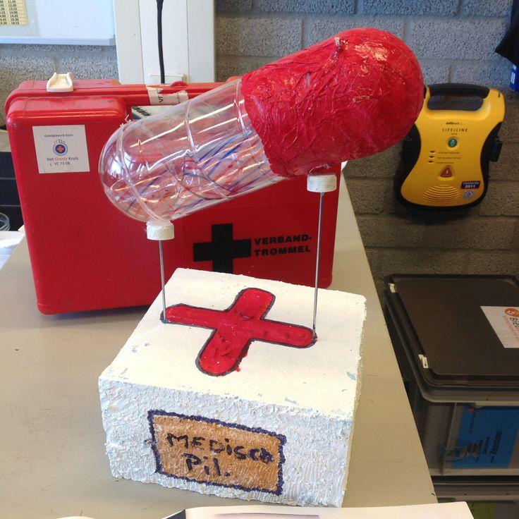 """VMBO GT CPE Beeldend 2014. Thema: ROEM. Opdracht: """"Maak een ereteken voor..."""". De leerling zegt: De titel is 'De Ziekenhuis DNA-Pil'. Het is een trofee voor ziekenhuispersoneel. Omdat zij iedere dag mensen redden."""