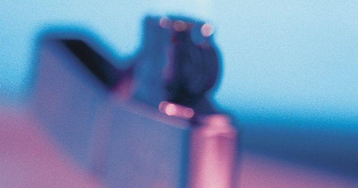 Tipos de isqueiro de butano . O Zippo é, provavelmente, o isqueiro de butano mais conhecido. Popularizou o isqueiro recarregável para cigarros com a sua tampa articulada quase a prova de vento. Mas muitas empresas produzem esses isqueiros, existindo então uma variedade infinita de desenhos e estilos. Os isqueiros de butano, além dos isqueiros para cigarros, são desenhados para ...