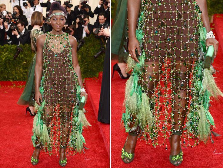 LUPITA NYONG'O Nyong berpaling mengenakan gaun rancangan Prada yang dihiasi manik-manik, kristal dan bulu-bulu.