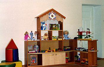 Тематическая детская стенка для игрушек, изготовленная по индивидуальному заказу для детского сада.