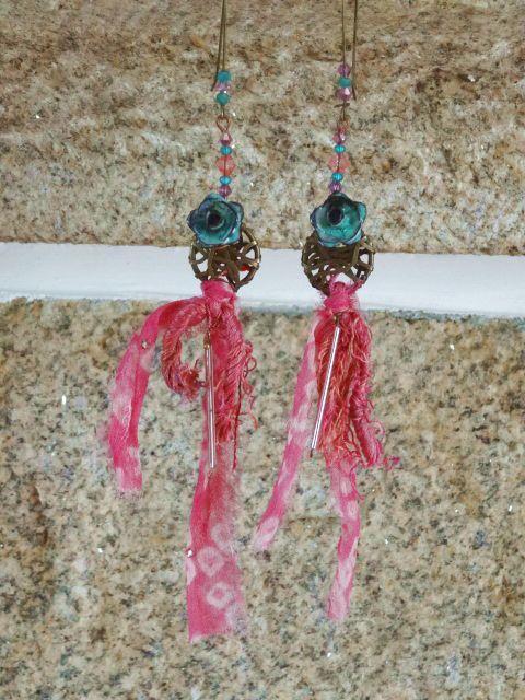 boucles fleurs , soie de sari rose à motifs de toute beauté, superbes fleurs métal patiné : la vie en rose : Boucles d'oreille par chez-lilie-rose