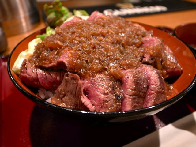 【裏なんば】大阪人も並ぶ数量限定のてんこもりハラミ丼ランチ