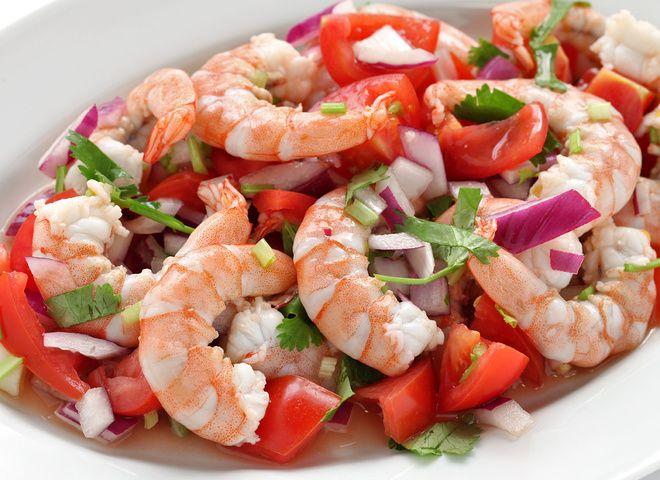 Салат с креветками, помидорами и пармезаном   Ссылка на рецепт - https://recase.org/salat-s-krevetkami-pomidorami-i-parmezanom/  #Морепродукты #блюдо #кухня #пища #рецепты #кулинария #еда #блюда #food #cook