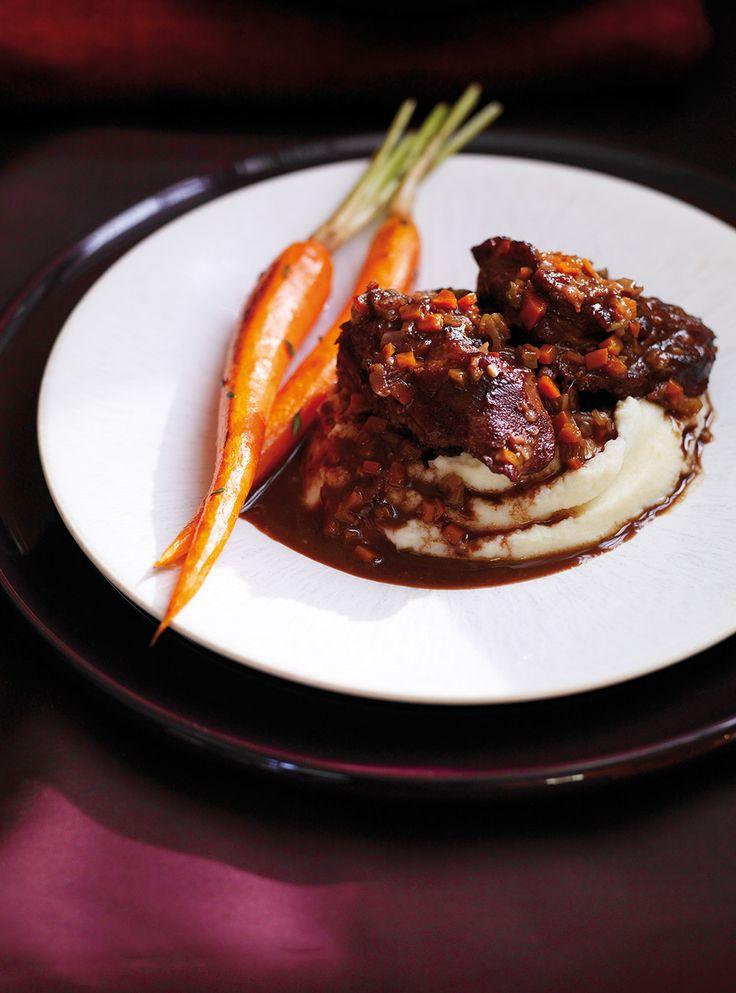 Recette de joues de veau braisées, sauce au cacao de Ricardo. Recette de viande dans une sauce sucrée, parfaite pour les grandes occasions. Avec joues de veau, vin rouge, céleri, carottes, oignon, ail...