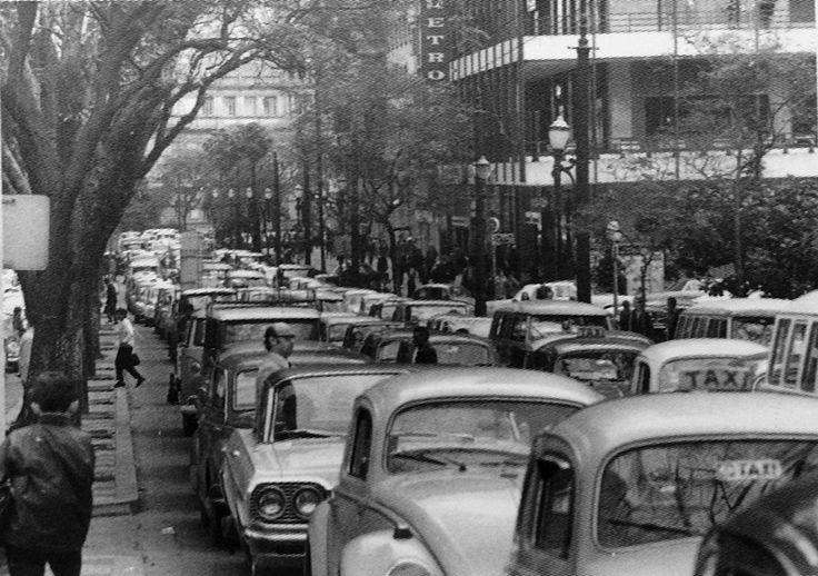 A hora do rush ocupado em 1970, em São Luiz Avenue - São Paulo, Brasil