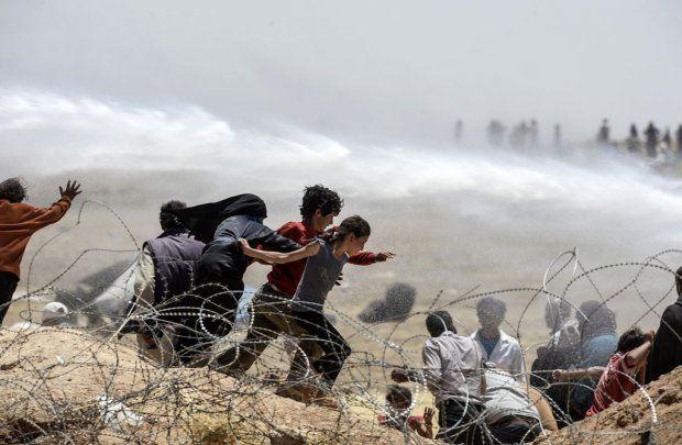 L'armée turque tente de disperser des réfugiés syriens massés à la frontière près de Tall Abyad, le 13 juin 2015 (AFP / Bülent Kiliç)