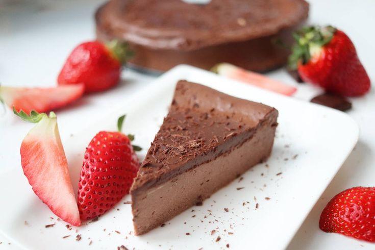 Vynikajúci fitness čokoládový cheesecake bez lepku INGREDIENCIE 750g jemného tvarohu (použila som polotučný) 3 vajíčka 30g kvalitného kakaa 50ml mlieka ľubovoľné sladidlo podľa chuti 100g kvalitnej čokolády 100ml kokosového mlieka z konzervy (tuhá časť) POSTUP Tvaroh vymiešame s vajíčkami dohladka, pridáme mlieko, kakao, dosladíme podľa chuti a dôkladne premiešame. Tvarohovú zmes vlejeme do tortovej formy (priemer 20cm) a pečieme pri teplote 170°C približne 45 minút. Cheesecake necháme…