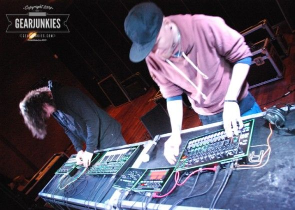 Over at DJ2DJ a video of Sluwe Vos and David Ahlund doing short routine on the AIRA series