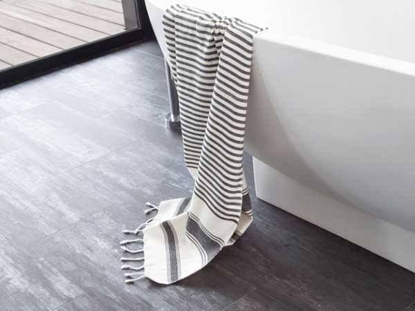Lesol PVC danslasalle de bain, un revêtement de sol à adopter pour sa déco. Facile à poser et à entretenir, le PVC prend des allures de carrelage, mosaïque ou de parquet pour un sol salle de bain à l'effet déco bluffant. Tour d'horizon surle sol PVC pour relooker sa salle de bain rapidement et