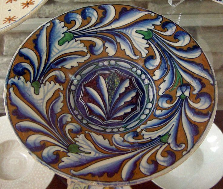 Urbino and Pesaro, with saucer decorated with foliage classic, 1490-1510 ca..JPG