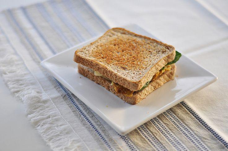 CURRYWICH  Pan de sándwich. Este en concreto es uno de Mercadona, integral y sin azúcares añadidos. Ya sabéis que por Matriculaland intentamos cortar con azúcares todo lo que buenamente podemos.  Tiras de pollo. Podemos comprar pechugas de pollo y cortarlas finamente como más nos guste: tiras, círculos finitos...lo que queramos.  Uno o dos tranchetes light.  Puñado de espinacas Curry al gusto