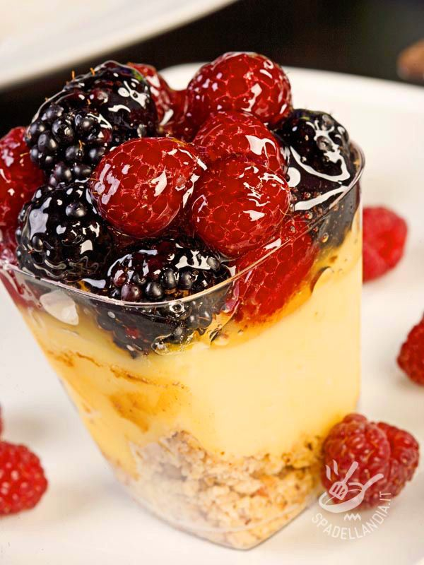 Lo Zabaione ai frutti di bosco è un dessert delicato e squisito, perfetto come fine pasto per una cenetta romantica o quando si ha voglia di dolcezza...
