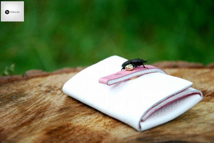 Portofel din piele naturala 8 -alb  -inchizatoare roz -compact -captusit cu piele roz -accesorizat cu capsa si inchizatoare metalica aurie -dimensiuni l=5,5cm h=9,5cm g=1,5cm  PRET: 50 lei