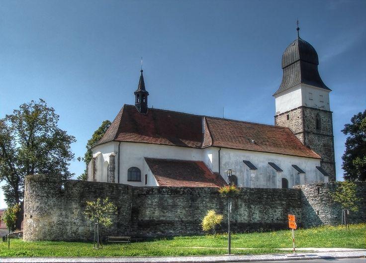 kostel sv. Jana Křtitele (Velká Bíteš, Na místě dnešního kostela postaveného koncem 15. st. stál románský kostel již roku 1240. Z konce 15. stol. pochází i kostelní opevnění s baštami, střílnami a velkou hradební věží.)