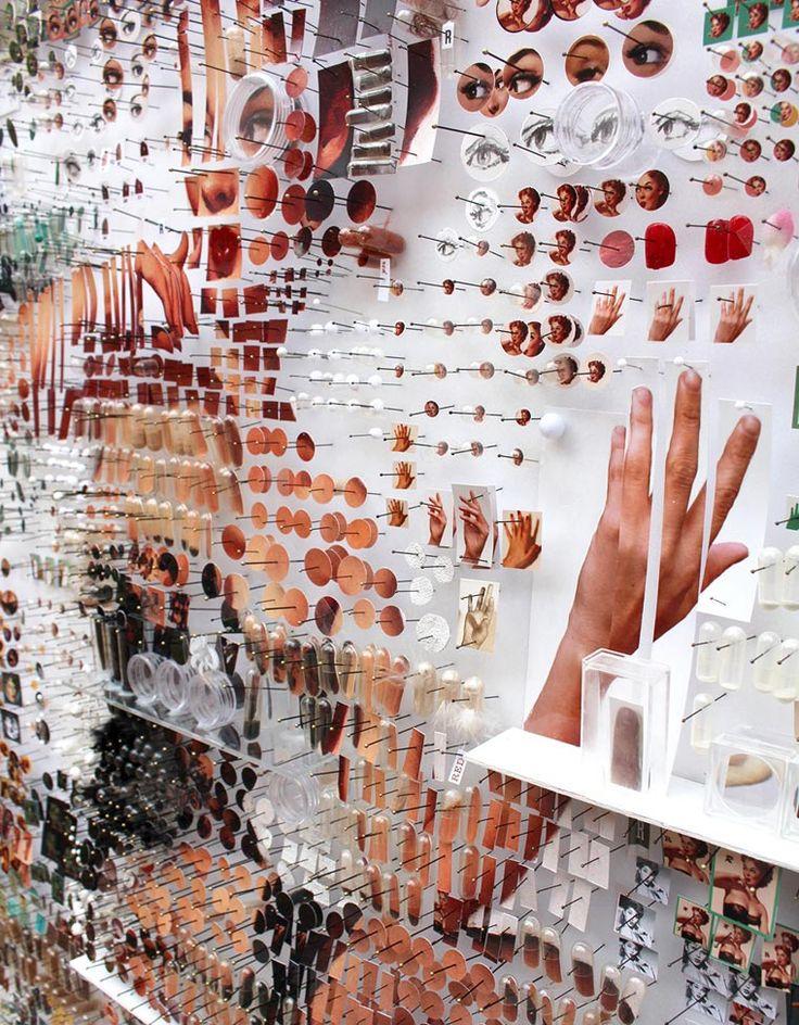 Mosaicos de Chicas Pin-up de Cientos de Objetos Colgados con Alfileres