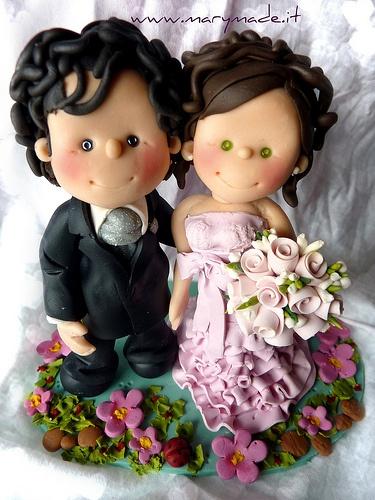 Questo cake topper è particolare: lei con un vestito dall'arricciatura abbondante, lui ha molti capelli - un bel moretto e lei ha degli occhi verdi stupendi!!