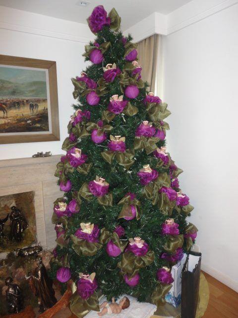 arvore de natal decorada com rosas roxas e anjos - castorina