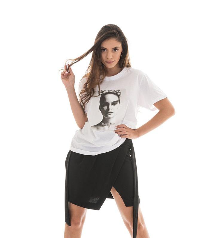 Short sleeve blouse with slogan. Round neck. 100% Cotton. https://www.modaboom.com/t-shirt-black-swan.html