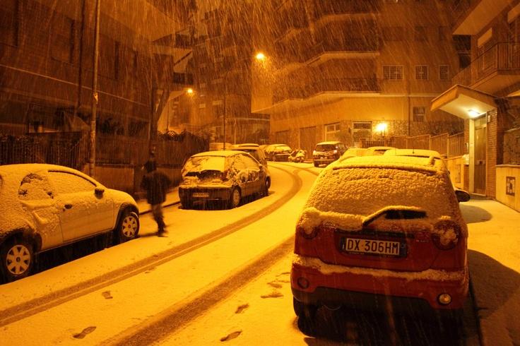 Via Albertazzi. Battaglia a palle di neve a mezzanotte.