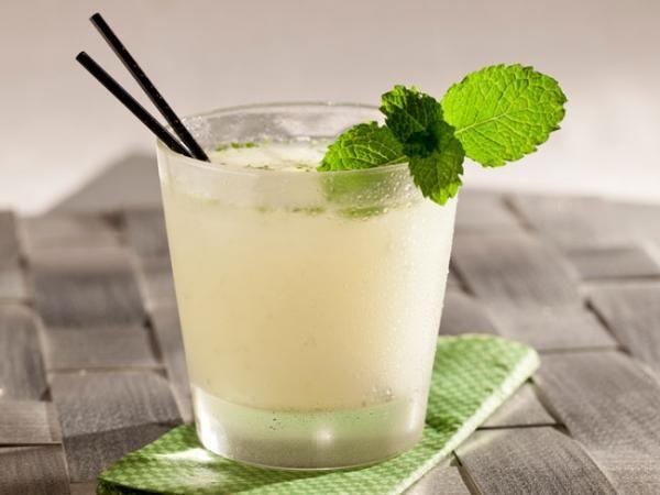 Caipirinha de limão com vodka e leite condensado