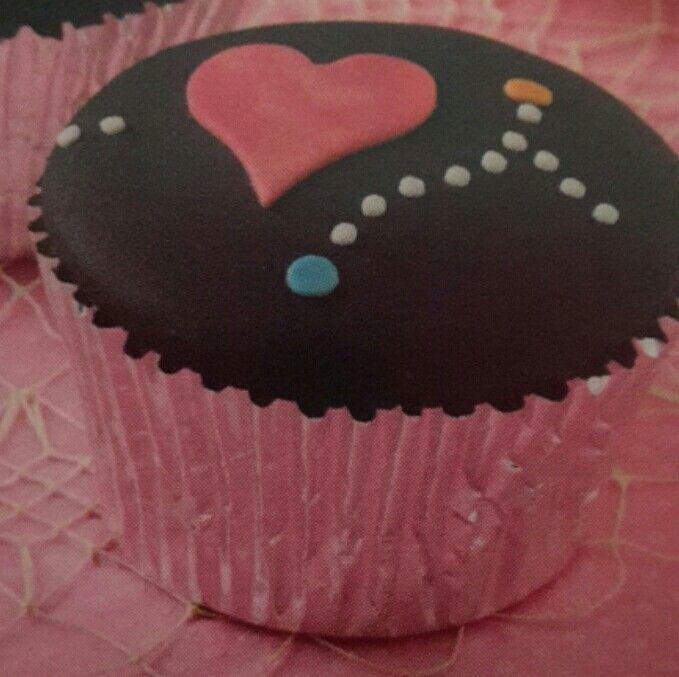 Cupcakes ricoperti di pasta di zucchero in pirottini rosa