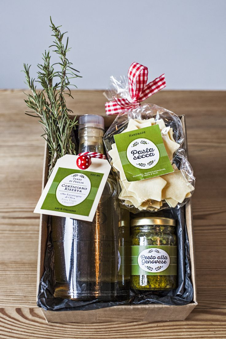 Handmade Italian Food Gift basket with pasta, pesto and extra vergin olive oil from italy