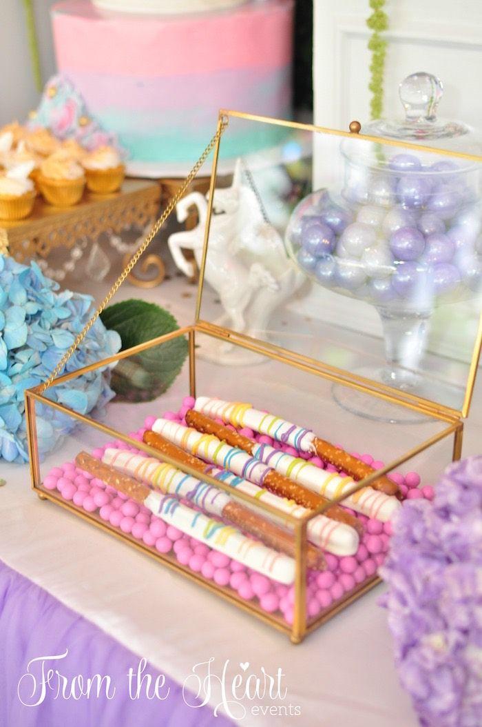 El chocolate sumergió palitos de pretzel de una fiesta de cumpleaños del unicornio vibrante en ideas de la fiesta de Kara |  KarasPartyIdeas.com (6)