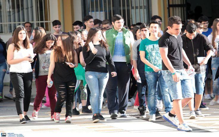 Μείωση στη πρόωρη εγκατάλειψη του σχολείου στην Ελλάδα   Η παραμονή των μαθητών στο σχολείο και η ολοκλήρωση των σπουδών τους στην τριτοβάθμια εκπαίδευση παρουσιάζει σημαντική πρόοδο στην Ελλάδα όπως διαπιστώνεται στην ετήσια έκθεση της Ευρωπαϊκής Επιτροπής. Θεωρούνται ωστόσο απογοητευτικές οι επιδόσεις ως προς την απόκτηση βασικών δεξιοτήτων από τους νέους και τους ενήλικες τη συμμετοχή στην επαγγελματική εκπαίδευση και κατάρτιση καθώς και την εκπαίδευση των ενηλίκων. Η γενική εικόνα για το…