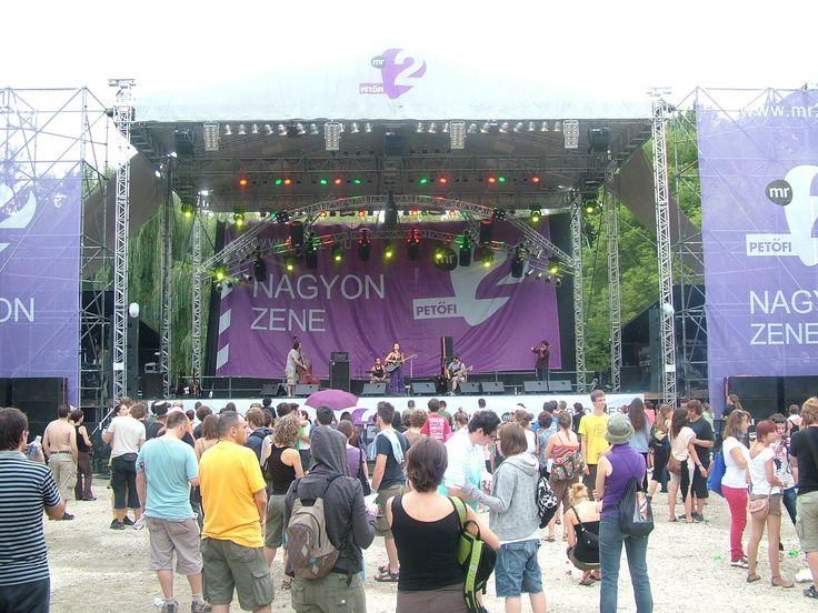 Fesztiválokhoz, falunapokhoz és koncertekhez is biztosítjuk a minőségi hangosítást.  http://hangero.hu/hangtechnika-2/