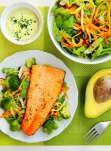 Zeleninový šalát s lososom a avokádovou omáčkou