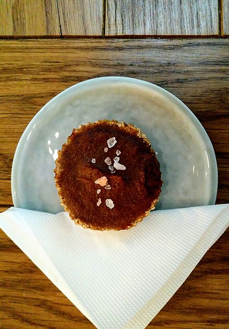 Ada Wanders/Włóczykijada.  Przepyszna babeczka o smaku słonego karmelu w Naspolya Nassolda w Budapeszcie.  -- Delicious salted caramel cupcake in gluten-free, vegan and raw restaurant Naspolya Nassolda in Budapest.