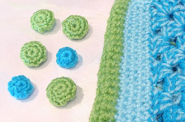 Crocheted Button Covers Tutorial. To use it for a crochet cushion, bag of dull cardigan. ♥♥ tutorials like this one!