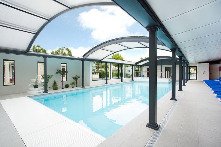 Abri piscine dôme UP avec espace détente dans un camping