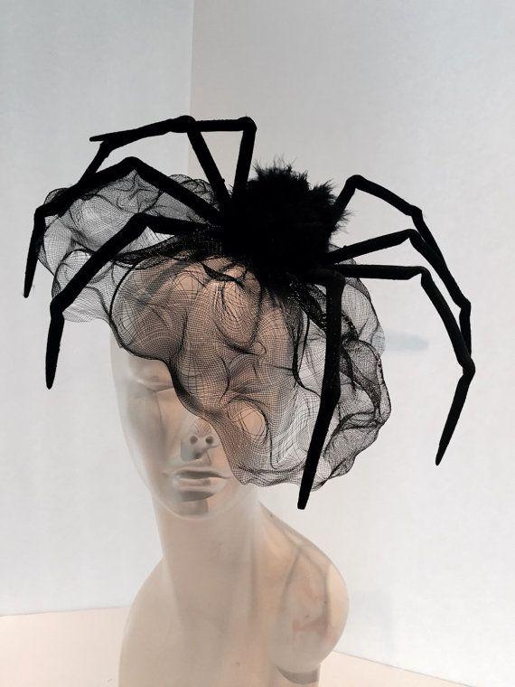 Hallo  Ik heb een gemaakt, zodat het schip kan binnen een dag of twee.  Vorig jaar droeg ik deze stijl voor halloween. Deze spin (e.) is ongeveer 10 inch en is aangesloten op een zeer comfortabele verstelbare RVS zwarte hoofdband.  De sluier is zwarte vogelkooi net dat betrekking heeft op het gezicht. Toen ik draag mijn ik deed bobbie pin het op mijn hoofd zodat het niet zou gaan. Mogelijk moet u ook!  Het lichaam van de spin is bedekt met zwarte Marabou veren (3,5 inch) en zijn benen hebben…
