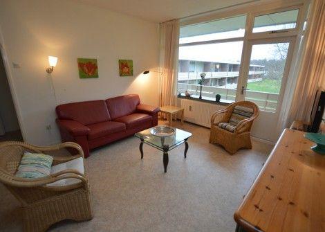 't Kerckeland nr. 122  Description: KERCKELAND NR.122 Ligging: net appartement op de eerste verdieping (tuinzijde) rustig gelegen aan de rand van het bos op15 km van De Koog en het strand in het appartementengebouw 't Kerckeland'.Accommodatie:Het aan de tuinzijde gelegen appartement heeft een woonkamer met kabel-tv de keuken is compleet uitgerustmet o.a. koffiezetapparaat koelkast en magnetron. Het heeft één slaapkamer met 2 éénpers.bedden en er zijn 2 éénpers.dekbedden. De badkamer heeft…