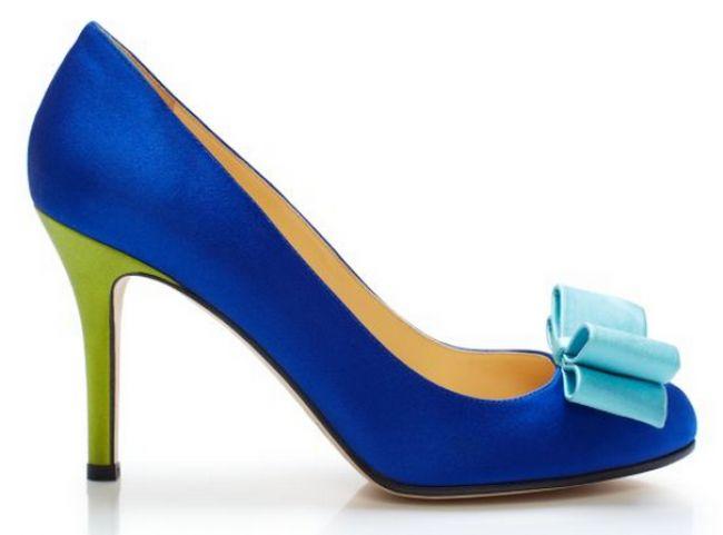 Zapato de novia en color azul brillante con adornos en tonalidades neón