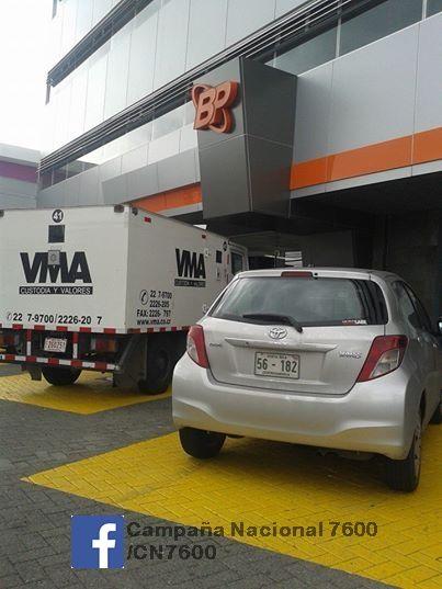 Remesero y otro auto de uso oficial en Bco Popular San Pedro, CR irrespetando espacios reservados para PcD