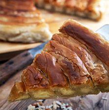 Οι στριφτές πίτες έχουν μια περίεργη γοητεία έτσι συμμετρικά που εναλλάσσονται τα φύλλα με την γέμιση. Ειδικά αυτή που σας προτείνω έχει εξαιρετικά αφράτη γέμιση λίγο του γιαουρτιού που αναμιγνύεται με το γιαούρτι