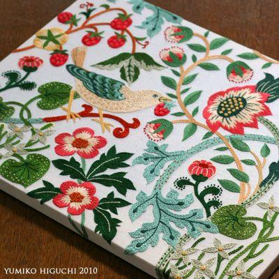 刺繍作家・樋口愉美子さんの図案はかわいらしいデザインで大人気です。刺繍は難しく細かそうで苦手なイメージがある方も多いかもしれませんが樋口さんの「1色刺繍」「2色刺繍」は基本的なステッチばかりなので簡単なんです。ゆっくり冬の手芸に刺繍を始めてみませんか?